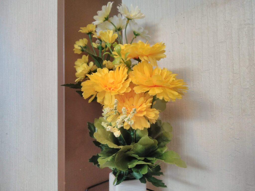 玄関に黄色い花 100均です!